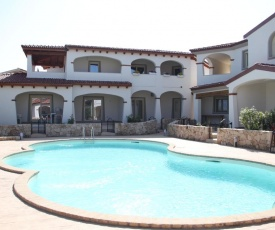 Modern Chic Pool House 24